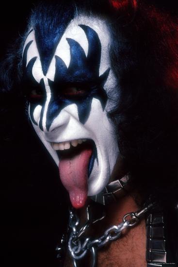 kiss on tongue