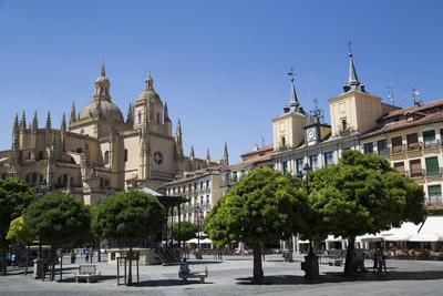 Cathedral on left and Town Hall on right, Plaza Mayor, Segovia, UNESCO World Heritage Site, Spain