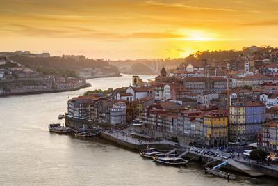 Portugal, Douro Litoral, Porto. Sunset over the UNESCO listed Ribeira district, viewed from Dom Lui