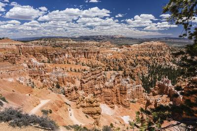 Hikers amongst hoodoo formations on the Sunrise Point Trail in Bryce Canyon National Park, Utah, Un