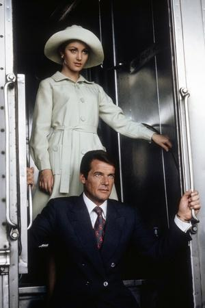 LIVE AND LET DIE, 1973 directed by GUY HAMILTON Jane Seymour and Roger Moore (photo)