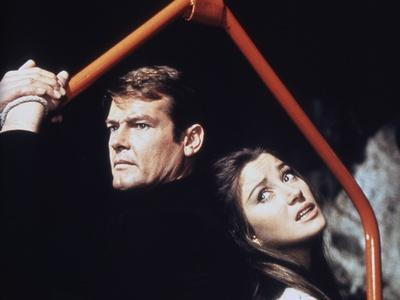 LIVE AND LET DIE, 1973 directed by GUY HAMILTON Roger Moore / Jane Seymour (photo)