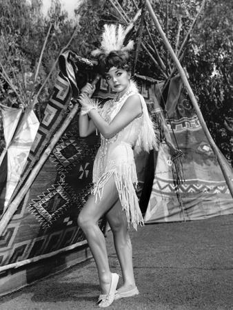 RALLY' ROUND THE FLAG, BOYS !, 1959 directed by LEO McCAREY Joan Collins (b/w photo)