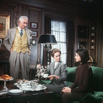 MARNIE, 1964 directed by ALFRED HITCHCOCK Martin Gabel, Tippi Hedren and Diane Baker (photo)