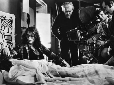 LE LOCATAIRE, 1976 directed by ROMAN POLANSKI On the set, Roman Polanski directs Isabelle Adjani (p