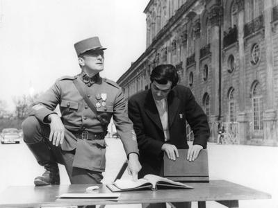 PATHS OF GLORY, 1957 directed by STANLEY KUBRICK On the set, Kirk Douglas (actor/producer) and Stan