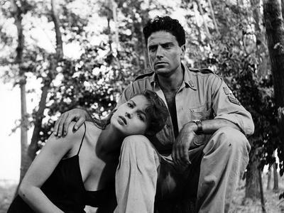 RISO AMARO / RIZ AMER, 1949 directed by GUISEPPE by SANTOS Silvana Mangano and Raf Vallone (b/w pho