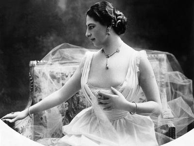 Portrait around, 1900 of the famous Dutch dancer MATA HARI, in a white dress (b/w photo)