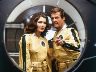 MOONRAKER, 1978 directed by LEWIS GILBERT Lois Chiles / Roger Moore (photo)