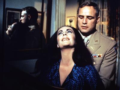 REFLECTIONS IN A GOLDEN EYE, 1967 directed by JOHN HUSTON Elizabeth Taylor / Marlon Brando (photo)