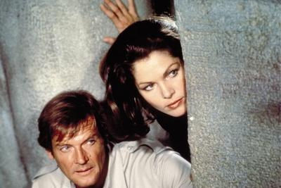 MOONRAKER, 1978 directed by LEWIS GILBERT Roger Moore / Lois Chiles (photo)