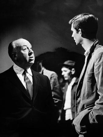 PSYCHO, 1960 directed by ALFRED HITCHCOCK On the set, Alfred Hitchcock and Anthony Perkins (b/w pho