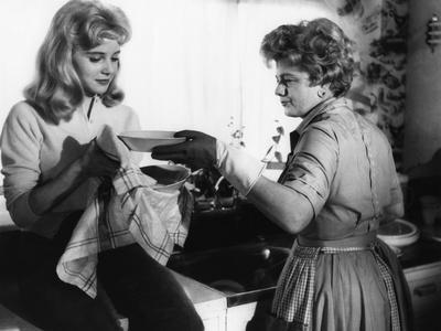 LOLITA, 1962 directed by STANLEY KUBRICK Sue Lyon / Shelley Winters (b/w photo)