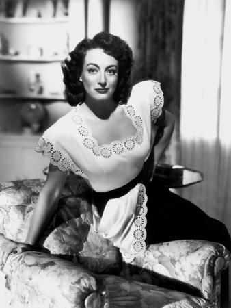 MILDRED PIERCE, 1945 directed by MICHAEL CURTIZ Joan Crawford (b/w photo)