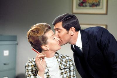 ON HER MAJESTY'S SECRET SERVICE, 1969 directed by PETER HUNT Lois Maxwell and George Lazenby (photo