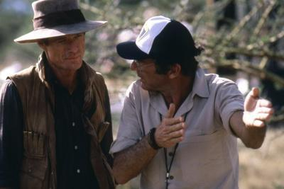 OUT OF AFRICA, 1985 directed by SYDNEY POLLACK On the set, Sydney Pollack directs Rober Redford (ph