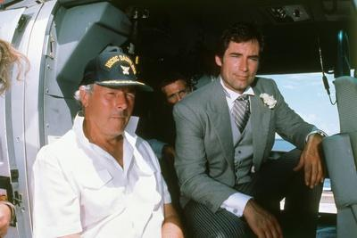 LICENCE TO KILL, 1989 directed by JOHN GLEN On the set, Jon Glen (direstor) and Timthy Dalton (phot