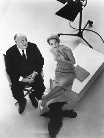 Alfred Hitchcock and Tippi Hedren, photo pour la sortie du fim Les Oiseaux, 1963 (b/w photo)