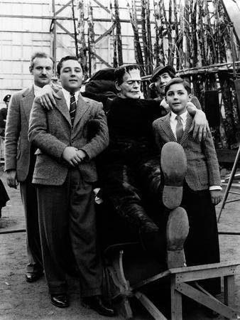 SON OF FRANKENSTE 1939 directed by ROWLAND V. LEE On the set, Boris Karloff (b/w photo)