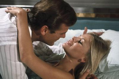 THE MAN WITH THE GOLDEN GUN, 1974 directed by GUY HAMILTON Roger Moore and Britt Ekland (photo)