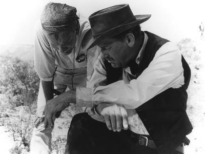 Le realisateur Sam Peckinpah and William Holden sur le tournage du film La Horde Sauvage THE WILD B