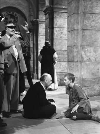 SAINT JOAN, 1957 directed by OTTO PREMINGER On the set, Otto Preminger with Jean Seberg (b/w photo)
