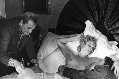 Le realisateur Luchino Visconti, Ingrid Thulin and Dirk Bogarde sur le tournage du film Les Damnes,