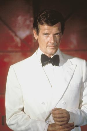 THE MAN WITH THE GOLDEN GUN, 1974 directed by GUY HAMILTON Roger Moore (photo)
