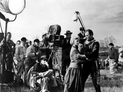 Le realisateur John Ford dirige Constance Towers and John Wayne sur le tournage du film Les Cavalie