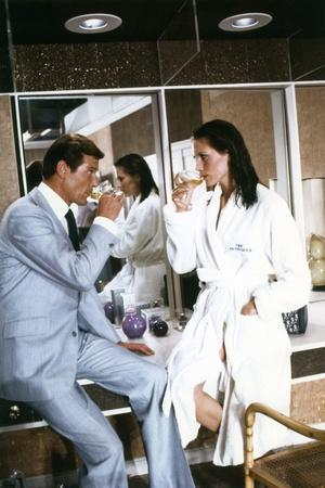 THE MAN WITH THE GOLDEN GUN, 1974 directed by GUY HAMILTON Roger Moore / Maud Adams (photo)