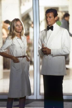 THE MAN WITH THE GOLDEN GUN, 1974 directed by GUY HAMILTON Britt Ekland / Roger Moore (photo)