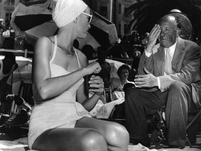 Grace Kelly and le realisateur Alfred Hitchcock sur le tournage du film La Main au Collet TO CATCH