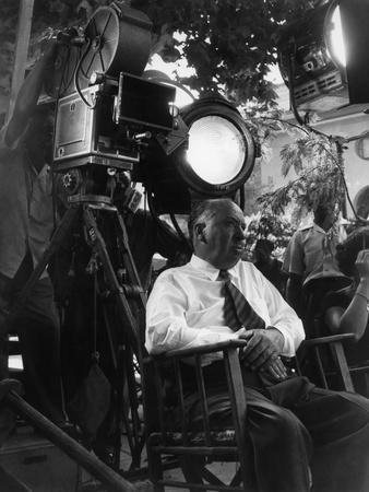 Le realisateur Alfred Hitchcock sur le tournage du film La Main au Collet TO CATCH A THIEF, 1955 (b