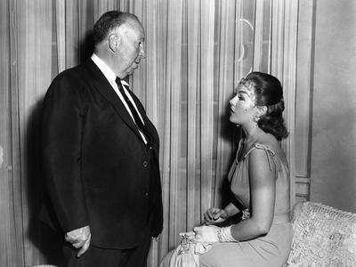Le realisateur Alfred Hitchcock and Kim Novak sur le tournage du film Sueurs Froides VERTIGO, 1958
