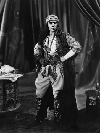 Le fils du Cheik The son of the Sheik by GeorgeFitzmaurice with Rudolph Valentino, 1926 (b/w photo)