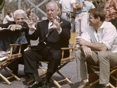 Alfred Hitchcock and Rod Taylor sur le tournage du film Les Oiseaux, 1963 (photo)