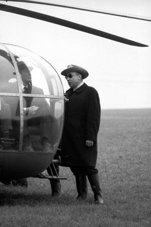 Bourvil and le realisateur Jean-Pierrre Melville sur le tournage du film Le Cercle Rouge, 1970 (b/w