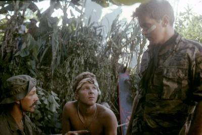 APOCALYPSE NOW, 1979 directed by FRANCIS FORD COPPOLA Frederic Forrest, Sam Bottoms and Martin Shee