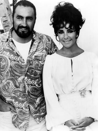 On the set, Elizabeth Taylor and his brother Howard. BOOM !, 1968 directed by JOSEPH LOSEY (b/w pho
