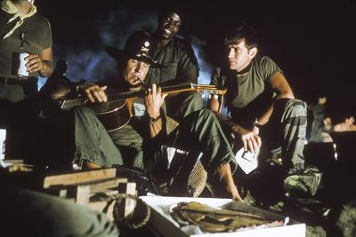 APOCALYPSE NOW, 1979 directed by FRANCIS FORD COPPOLA Robert Duvall and Martin Sheen (photo)