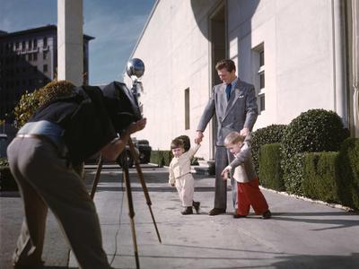 KIRK DOUGLAS and ses deux premiers fils ; ? gauche Joel, ? droite Michael.U.S.A. LOS ANGELES, 1949