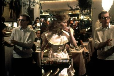 On the set, Woody Allen directs Mia Farrow. RADIO DAYS, 1987 directed by Woody Allen (photo)