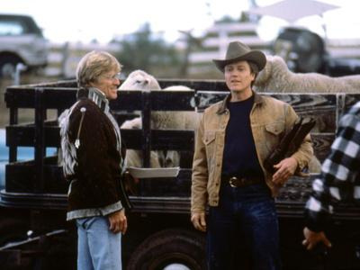 MILAGRO, 1987 directed by ROBERT REDFORD On the set, Robert Redford and Christopher Walken (photo)