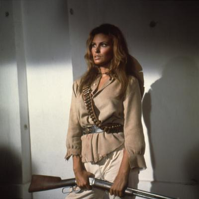 100 RIFLES, 1969 directed by TOM GRIES with Raquel Welch (photo)