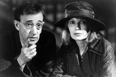 Woody Allen and Mia Farrow SHADOWS AND FOG, 1997 directed by Woody Allen (b/w photo)