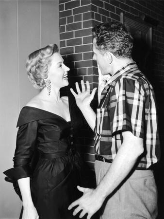 IN A LONELY PLACE, 1950 directed by NICOLAS RAY On the set, Nicolas Ray directs Gloria Grahame (his