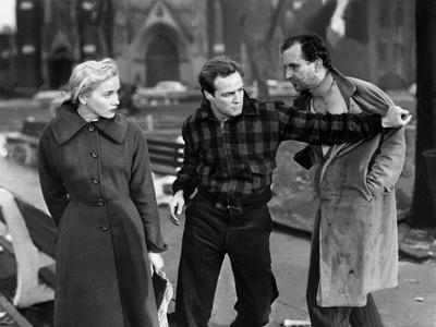 Sur les quais On The Waterfront d' EliaKazan with Marlon Brando and Eva Marie Saint, 1954 (b/w phot