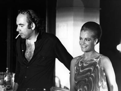 LA PISCINE, 1968 directed by JACQUES DERAY On the set, Jacques Deray (director) and Romy Schneider