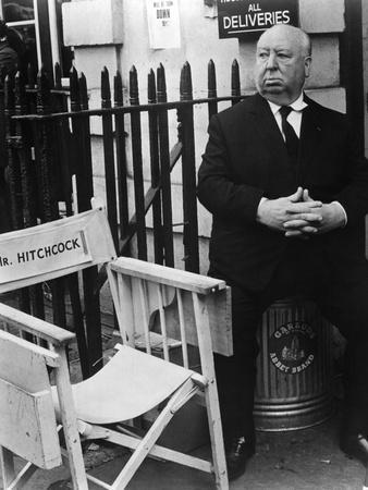 FRENZY, 1972 directed by ALFRED HITCHCOCK Alfred Hitchcock on the set (b/w photo)