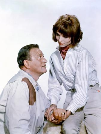 HATARI !, 1962 directed by HOWARD HAWKS John Wayne and Elsa Martinelli (photo)